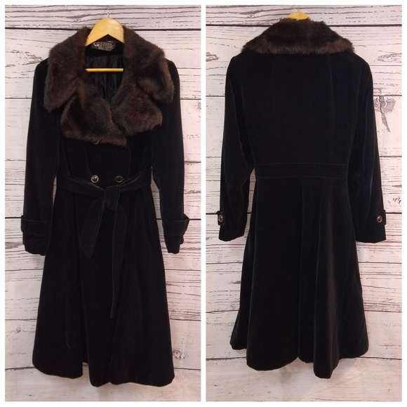 331d6508b74b6 Vintage black velvet coat with faux fur collar